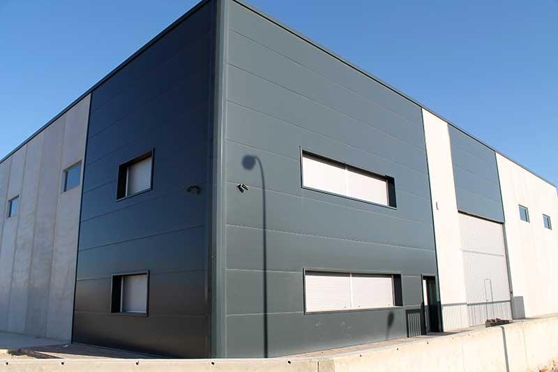 Nave industrial con fachada de panel arquitect nico en - Fachada nave industrial ...